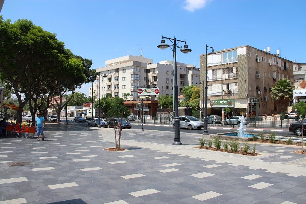 Die Weizmann Straße ist die Hauptverkehrsachse in Ness Ziona. Hier gibt es nicht nur ansehnliche Wasserspiele…